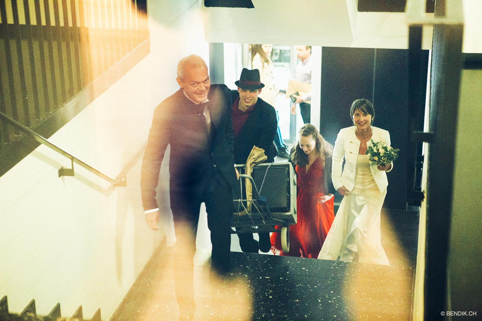 Hochzeitsgesellschaft trifft im Zivilistandsamt zu ihrem Hochzeitsfotoshooting Bern ein