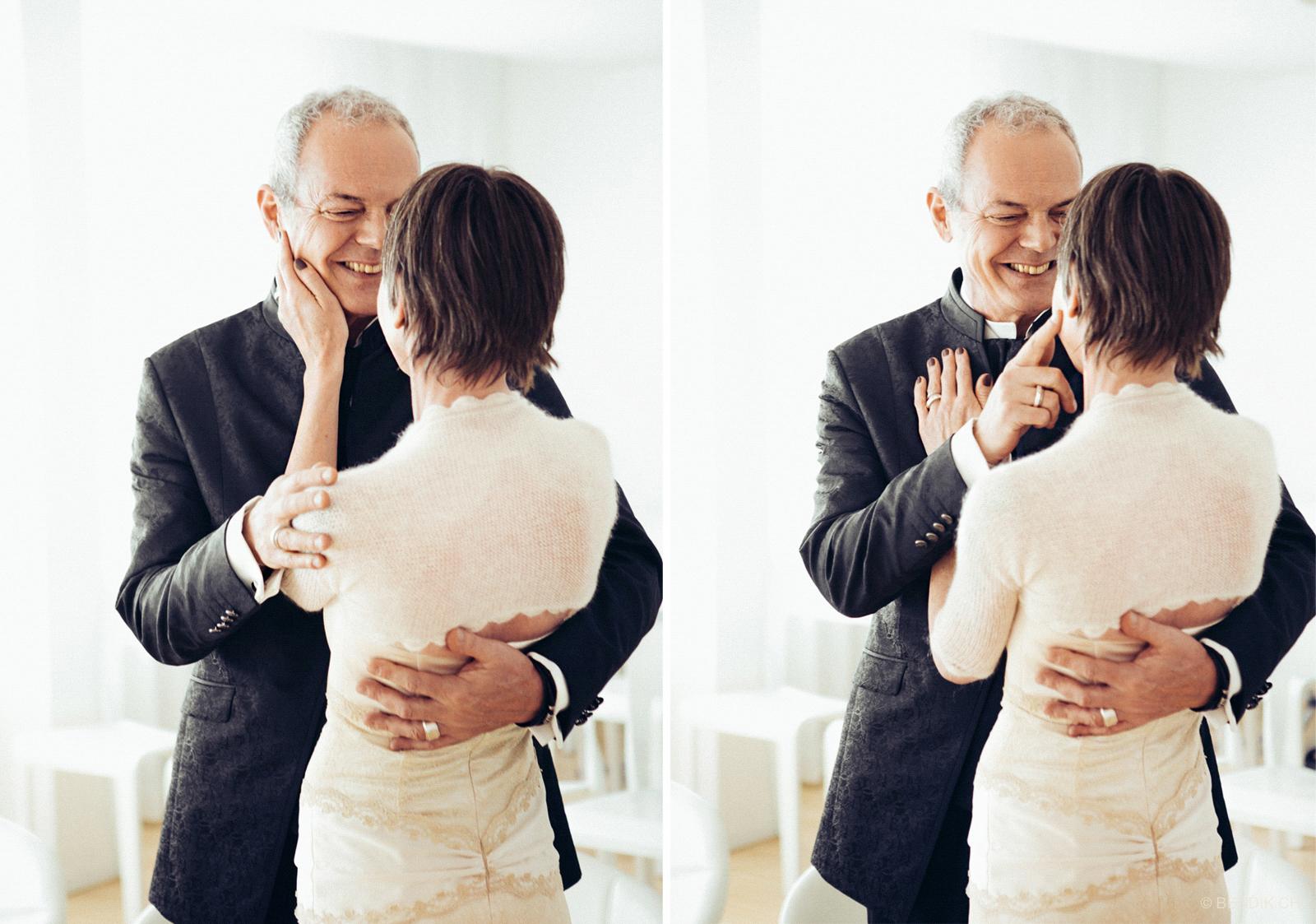 Brautpaar schaut sich lachend in Umarmung an
