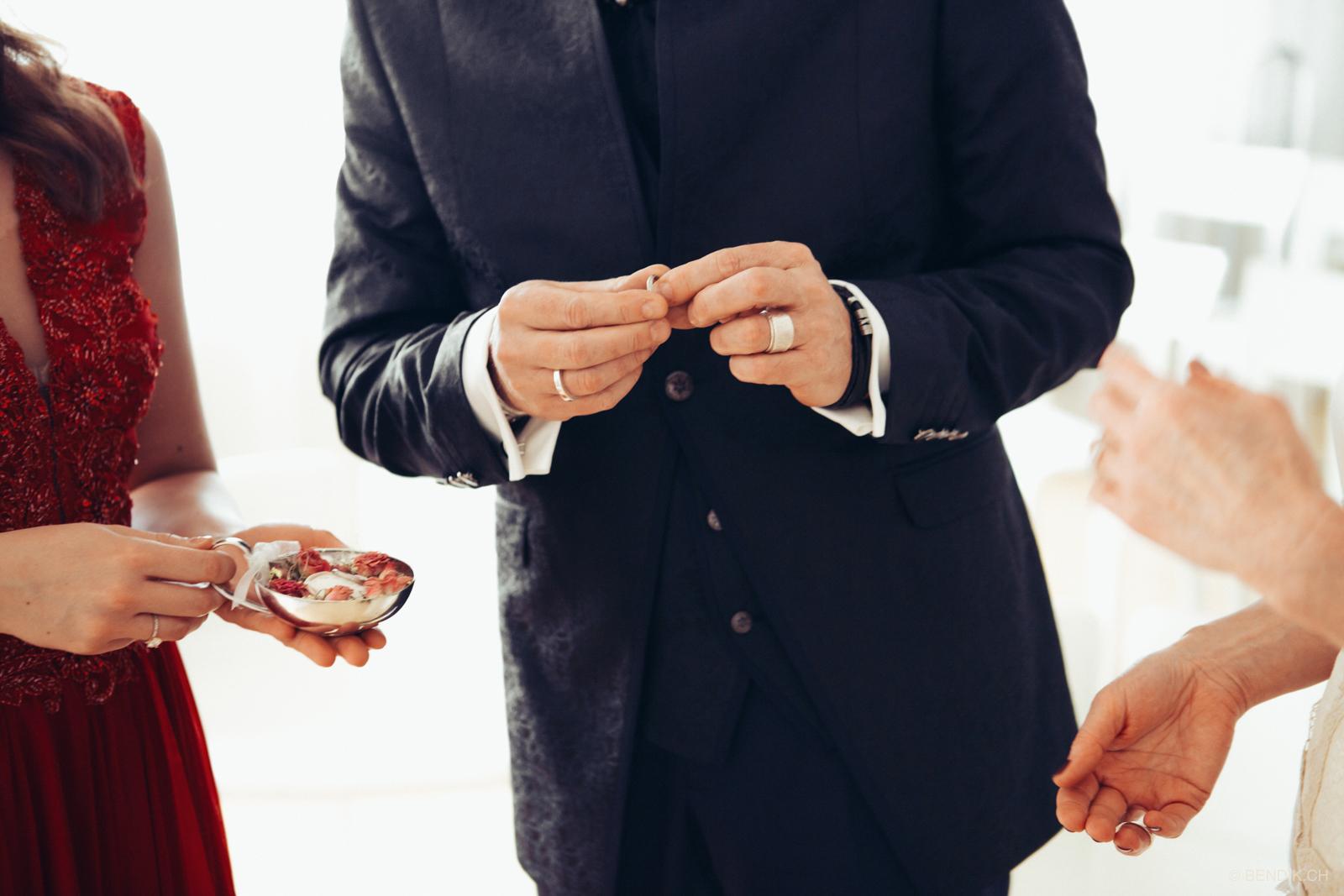 Bräutigam hät Trauring in seinen Fingern