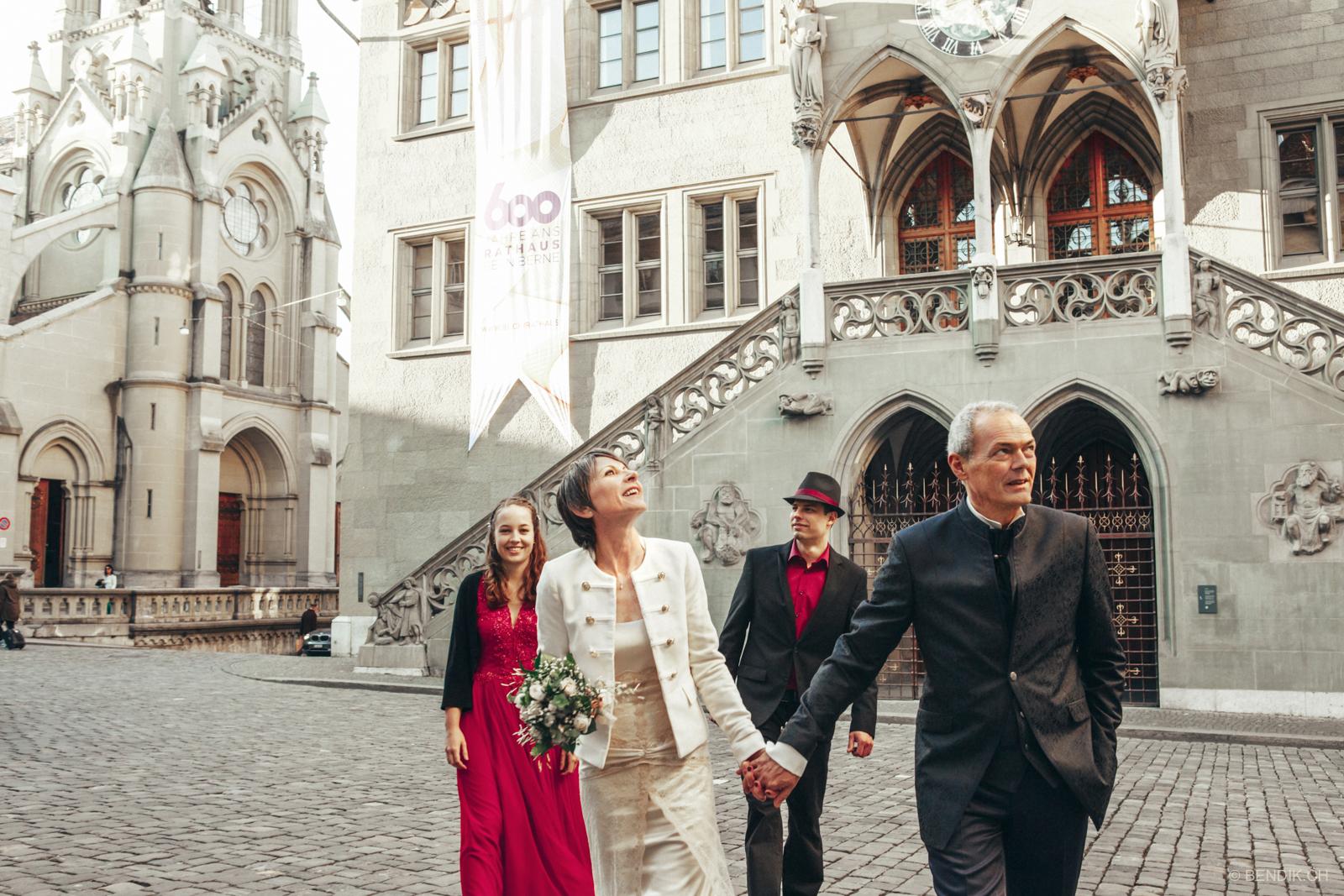 Hochzeitsgesellscgaft in der Berner Innenstadt