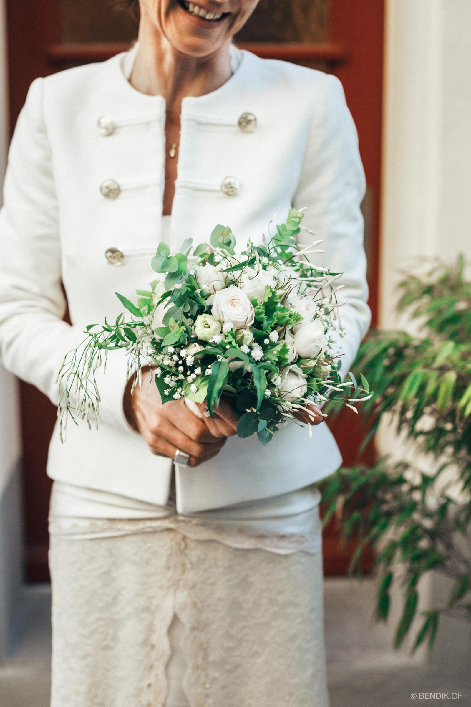 Nahaufnahme des Brautstrausses und der Braut