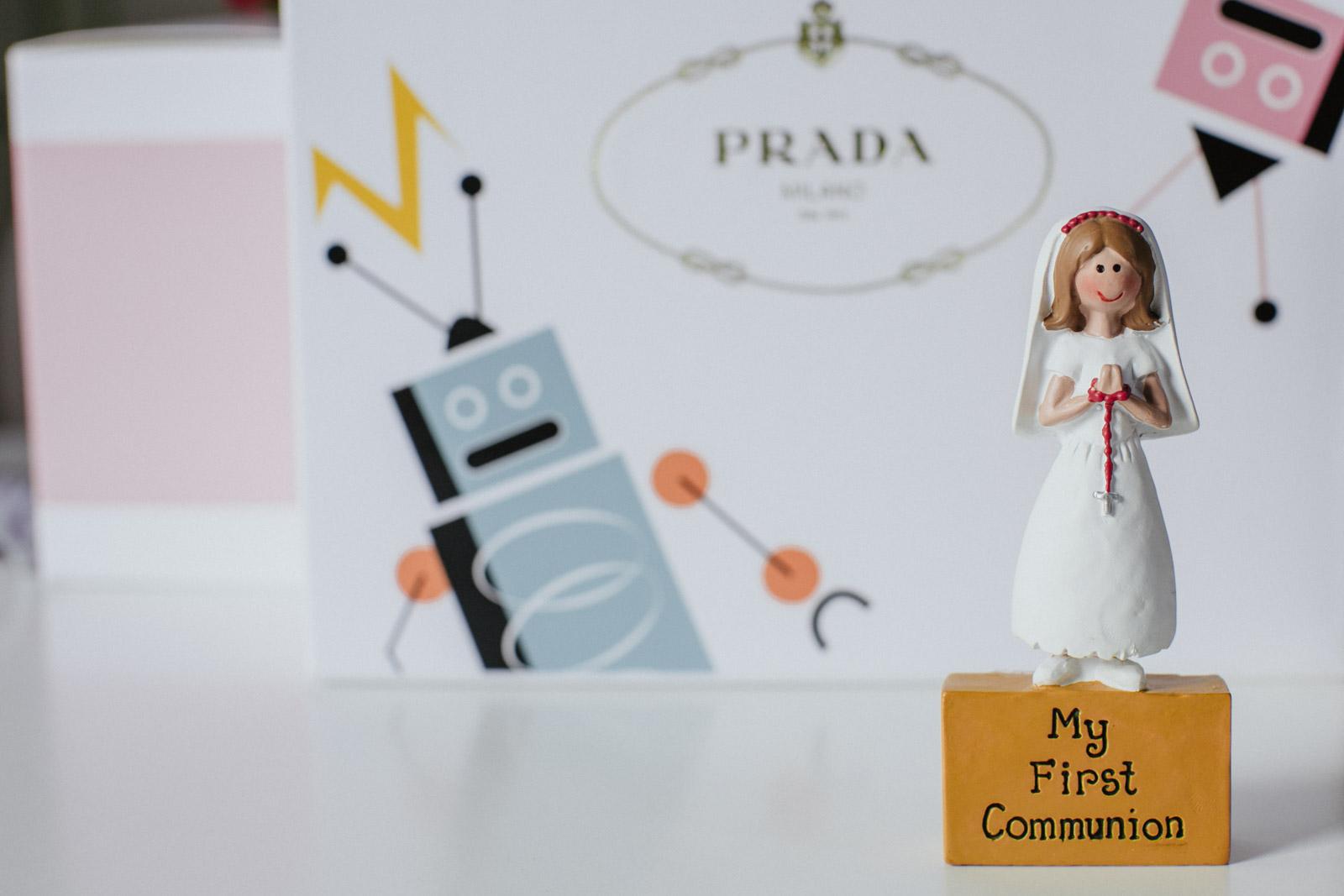 """Foto einer kleinen Statue eines Mädchens mit der Aufschrift """"Meine Erstkommunion"""""""