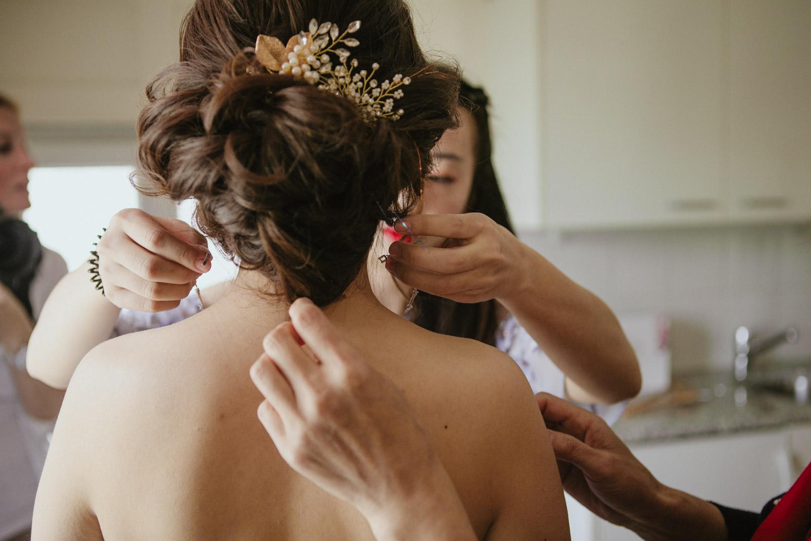 Trauzeuginnen legen Braut Halskette (Collier) an
