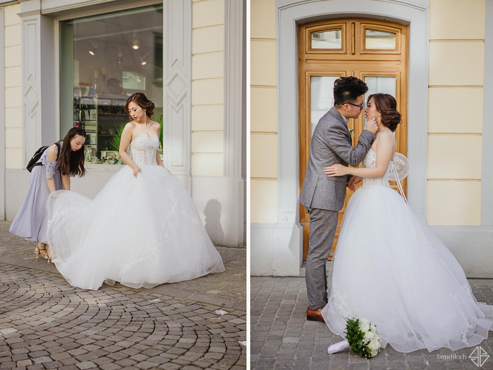Braut in weissem Hochzeitskleid und Bräutigam betrachten sich zärtlich in Zuger Altstadt