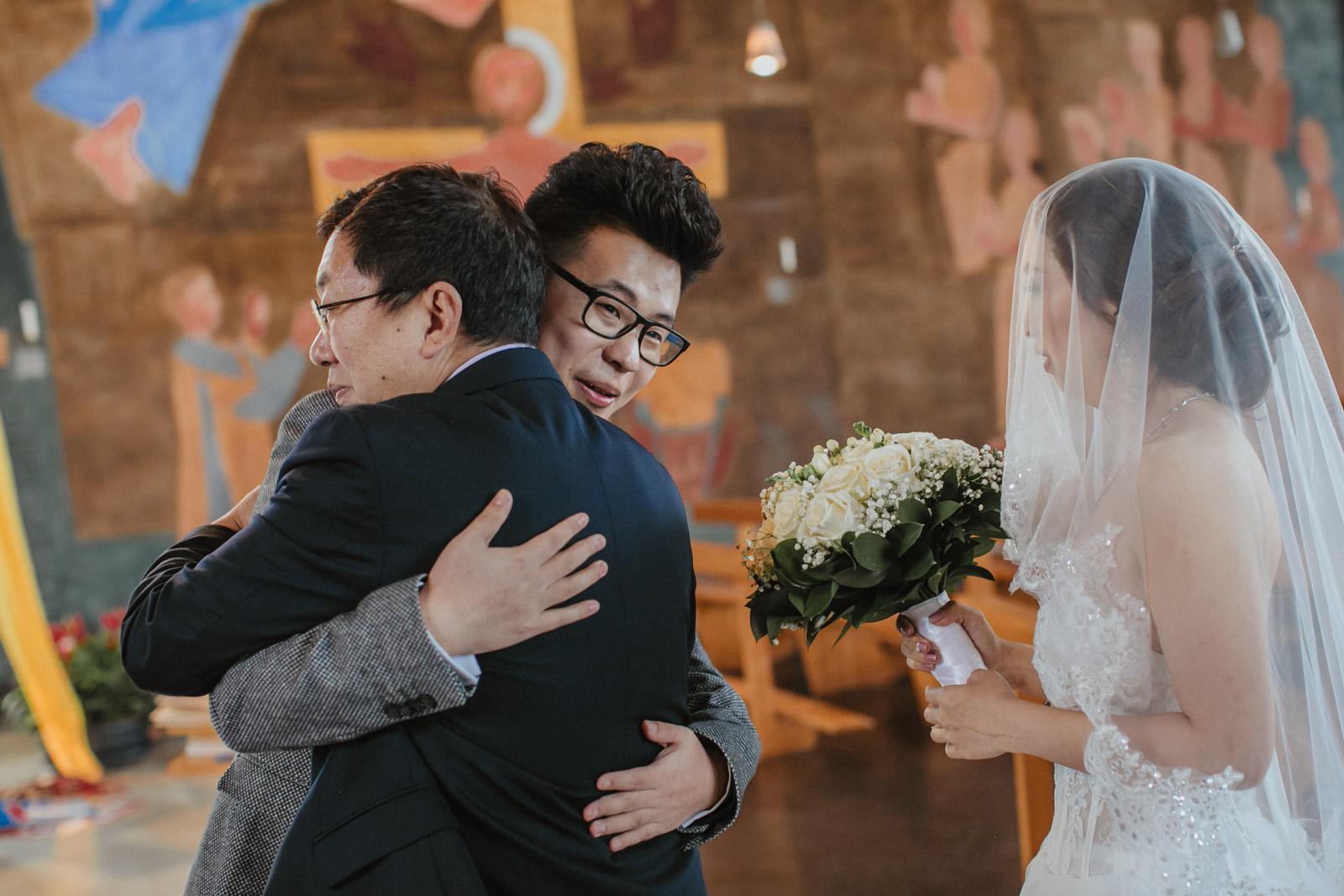 Brautvater übergibt Braut dem zukünftigen Ehemann