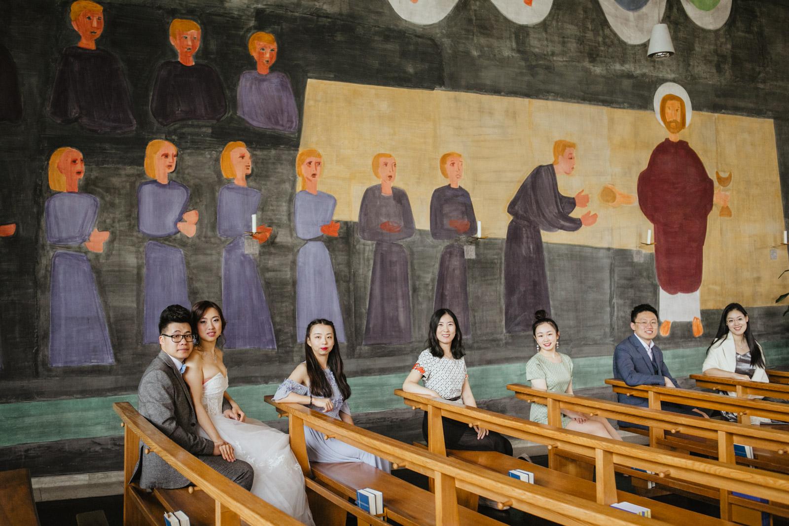 Braut, Bräutigam und Hochzeitsgesellschaft in Kirche