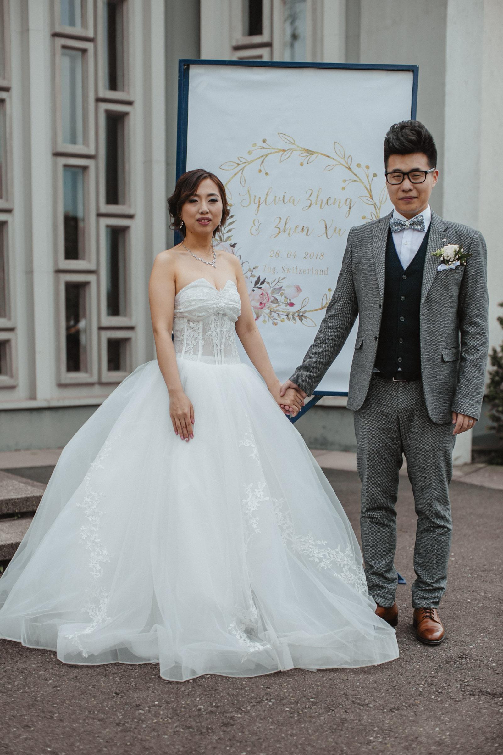 Brautpaar vor dekorativer Hochzeitstafel