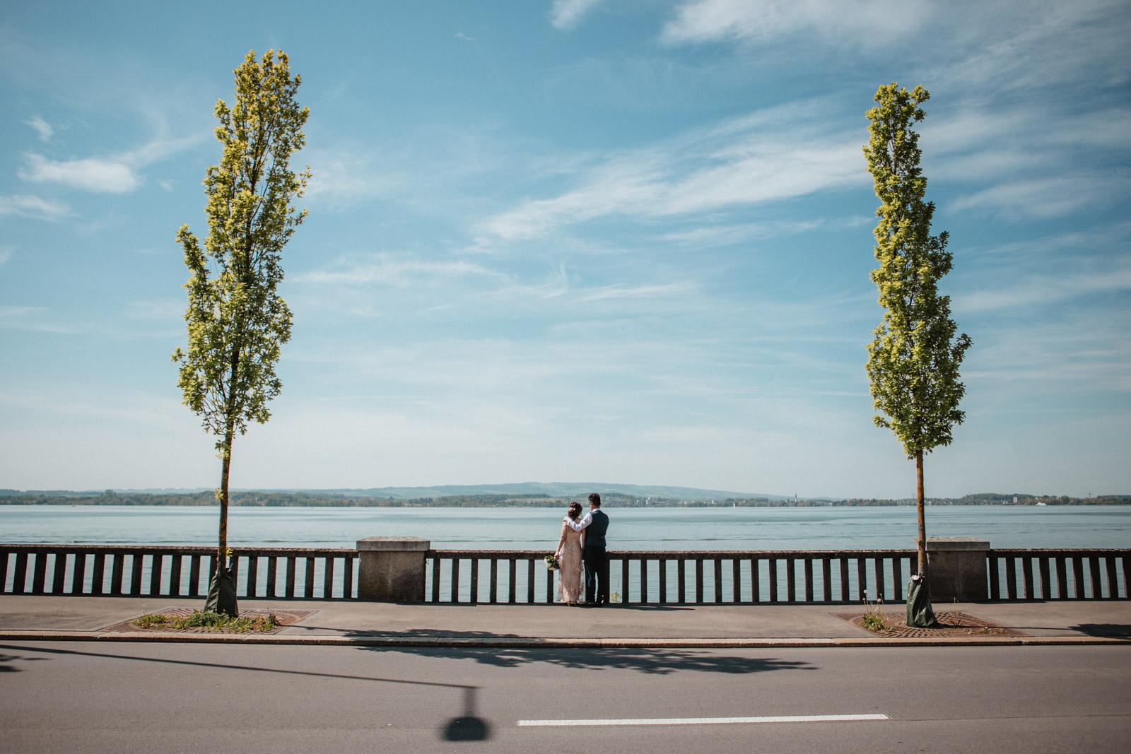 Brautpaar vor dem Hintergrund des Zugersees