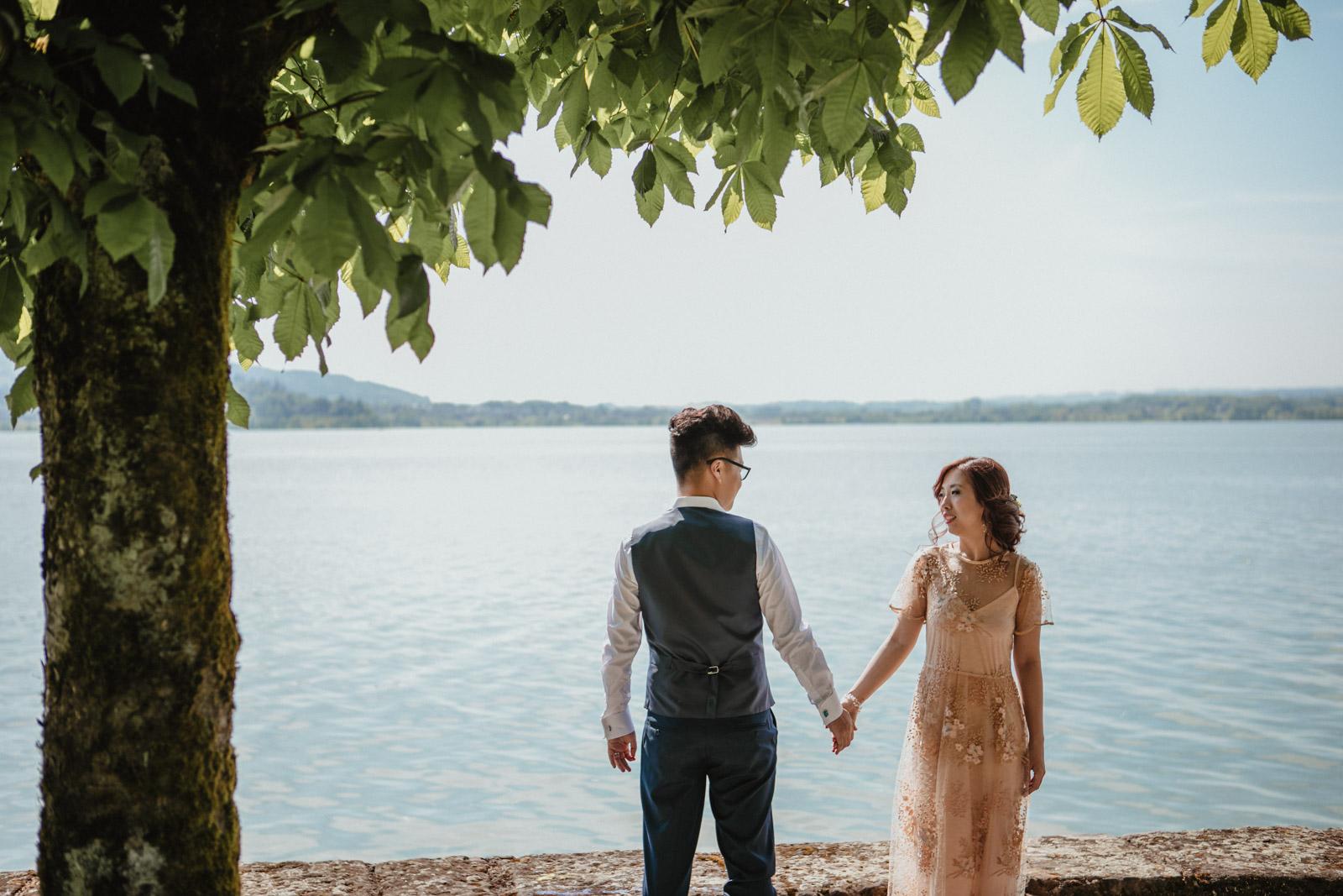 Brautpaar hält Hand und sieht sich verliebt an