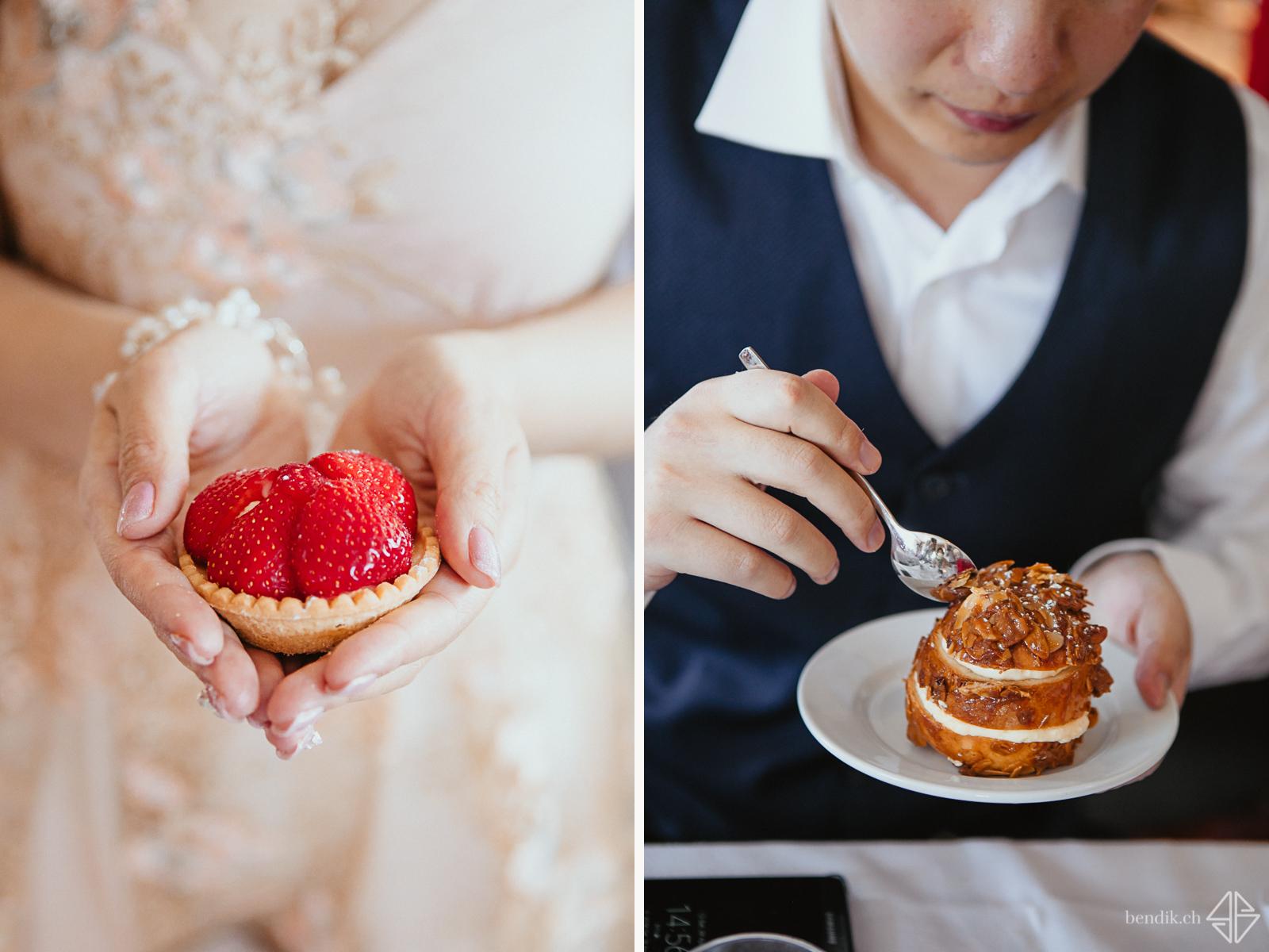 Braut zeigt Kuchen, wärend Bräutigam Kuchen isst