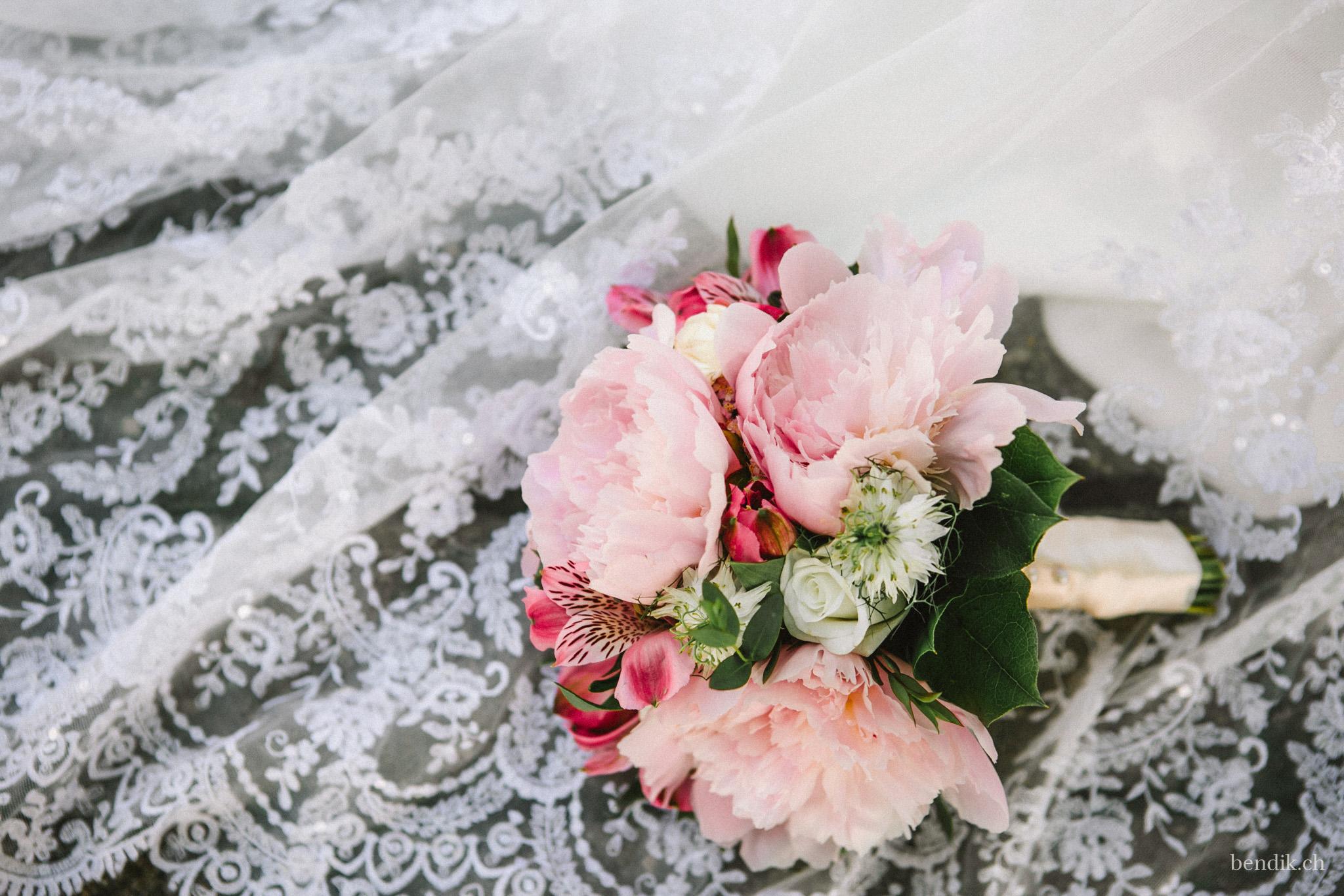 Brautstrauss auf weissem Schleier