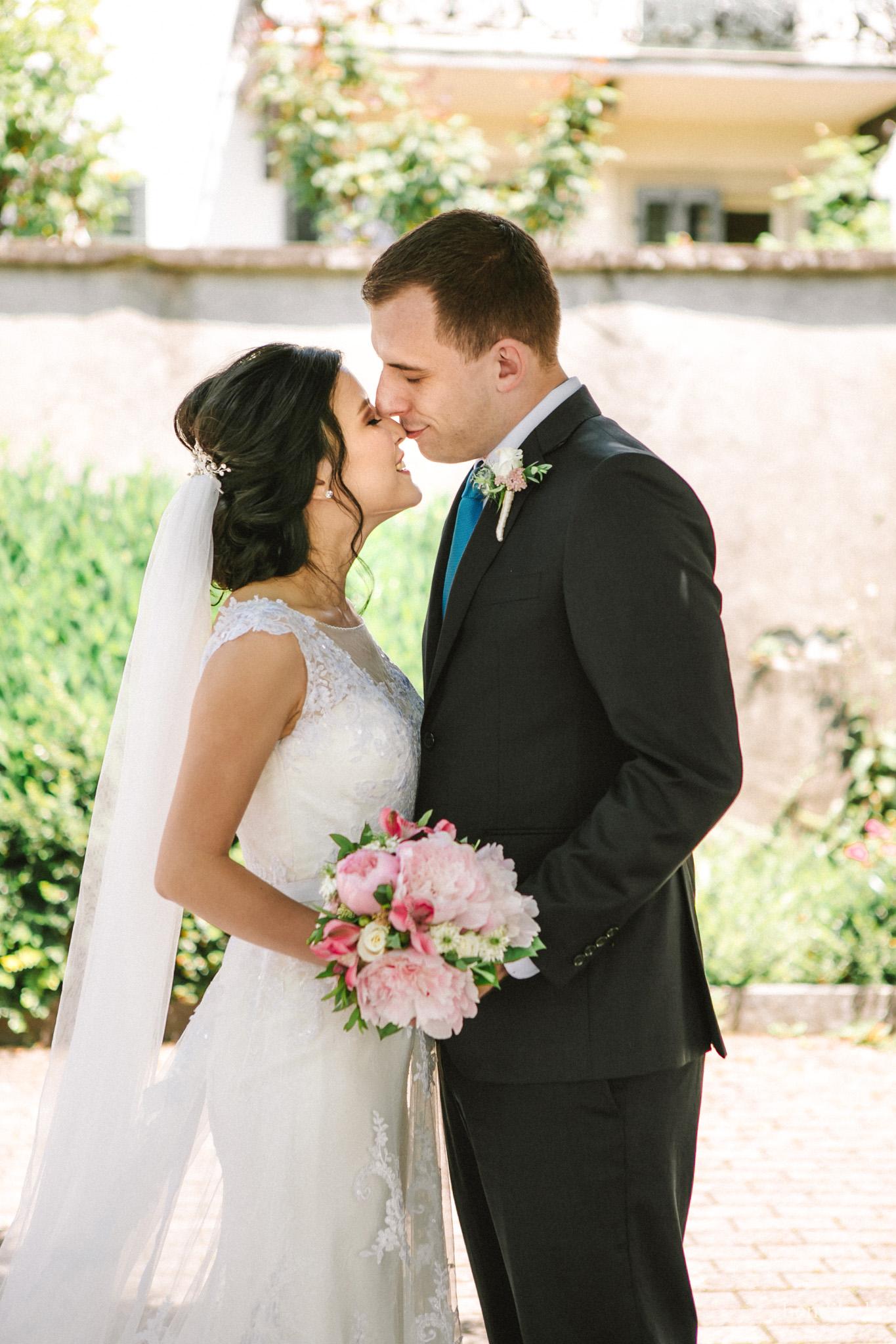 Sich küssendes Brautpaar mit Braustrauss in der Altstadt von Rapperswil