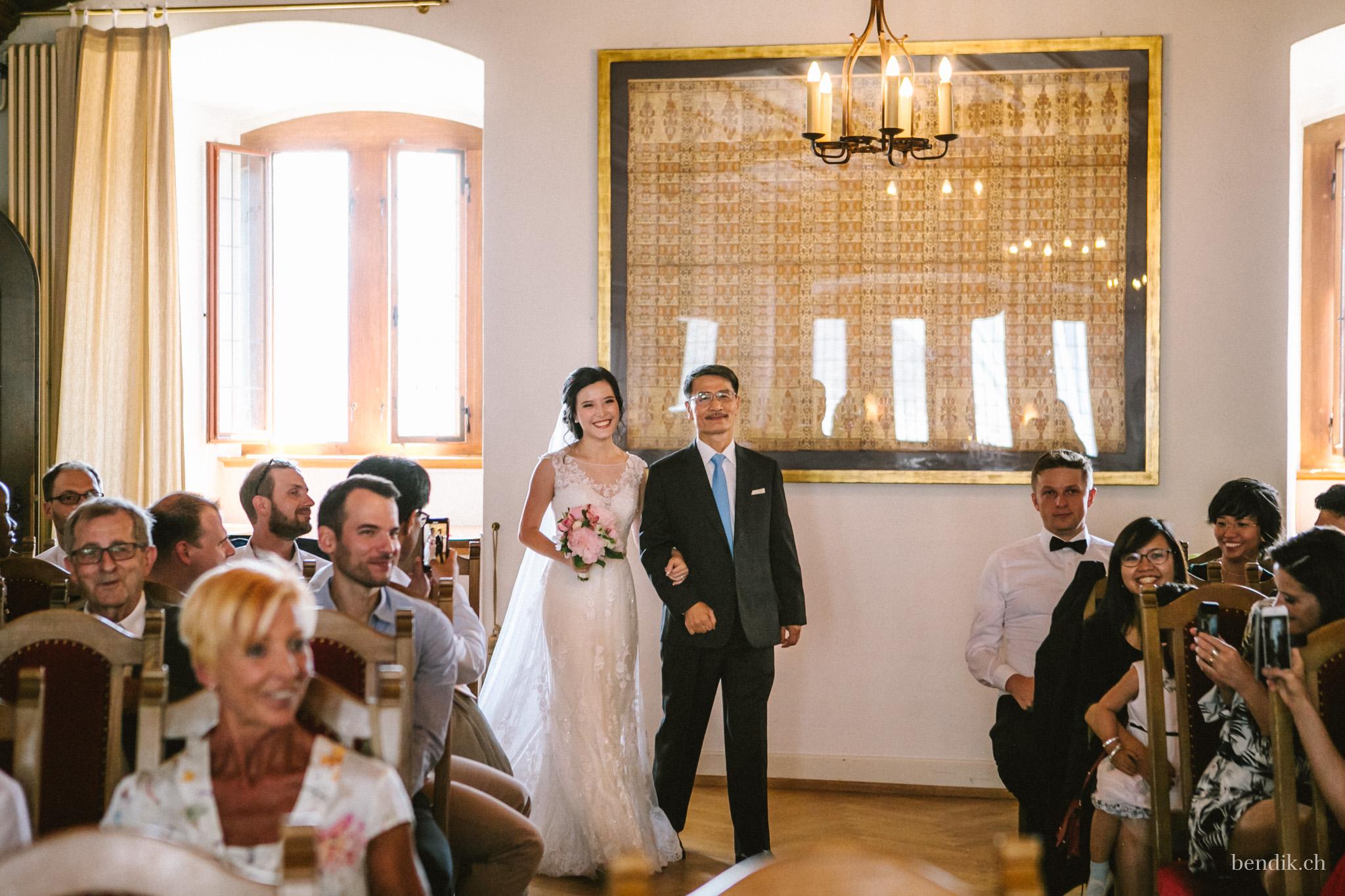 Brautvater geleitet Braut zur Trauung in Zivilstandsamt Rapperswil
