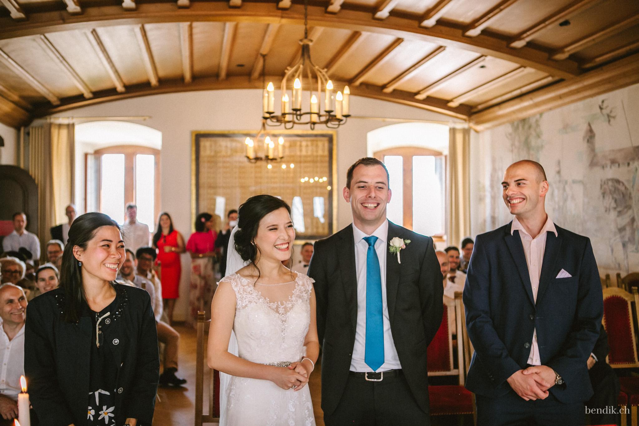 Braut, Bräutigam und Trauzeugen lachen während Trauung in Zivilstandsamt Rapperswil