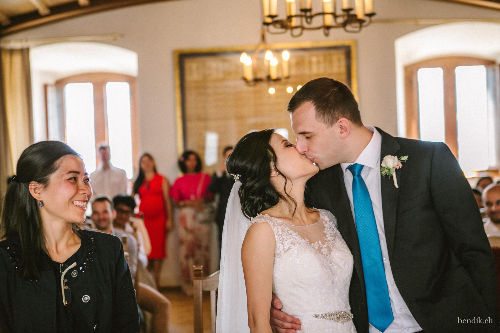 Bräutigam küsst Braut in Zivilstandsamt Rapperswil