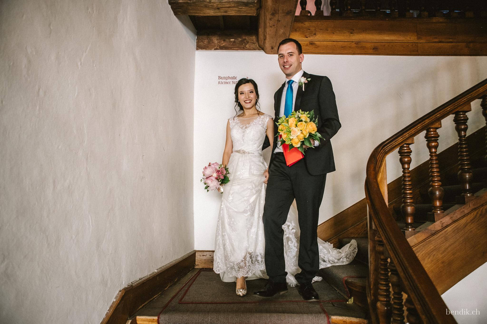 Frisch getrautes Brautpaar schreitet Treppe hinunter in Zivilstandsamt Rapperswil