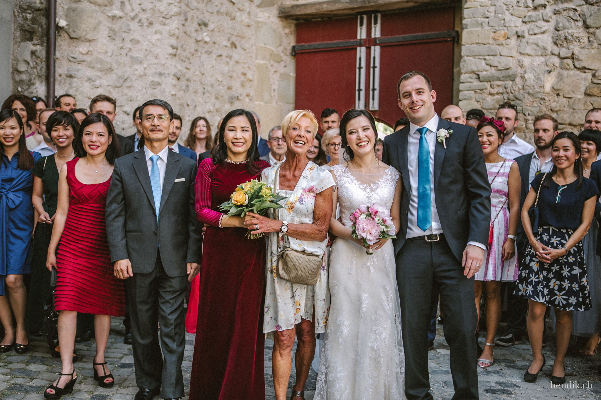 Hochzeitsgesellschaft vor dem Zivilstandsamt Rapperswil