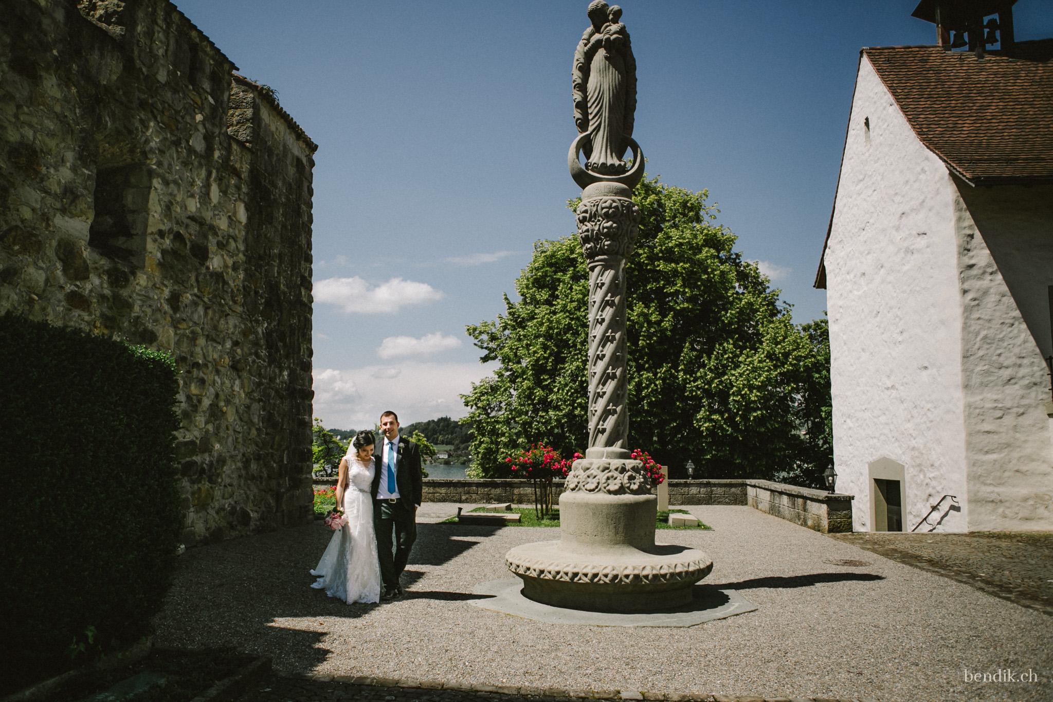 Brautpaar schreitet in Umarmung durch die Rapperswiler Altstadt