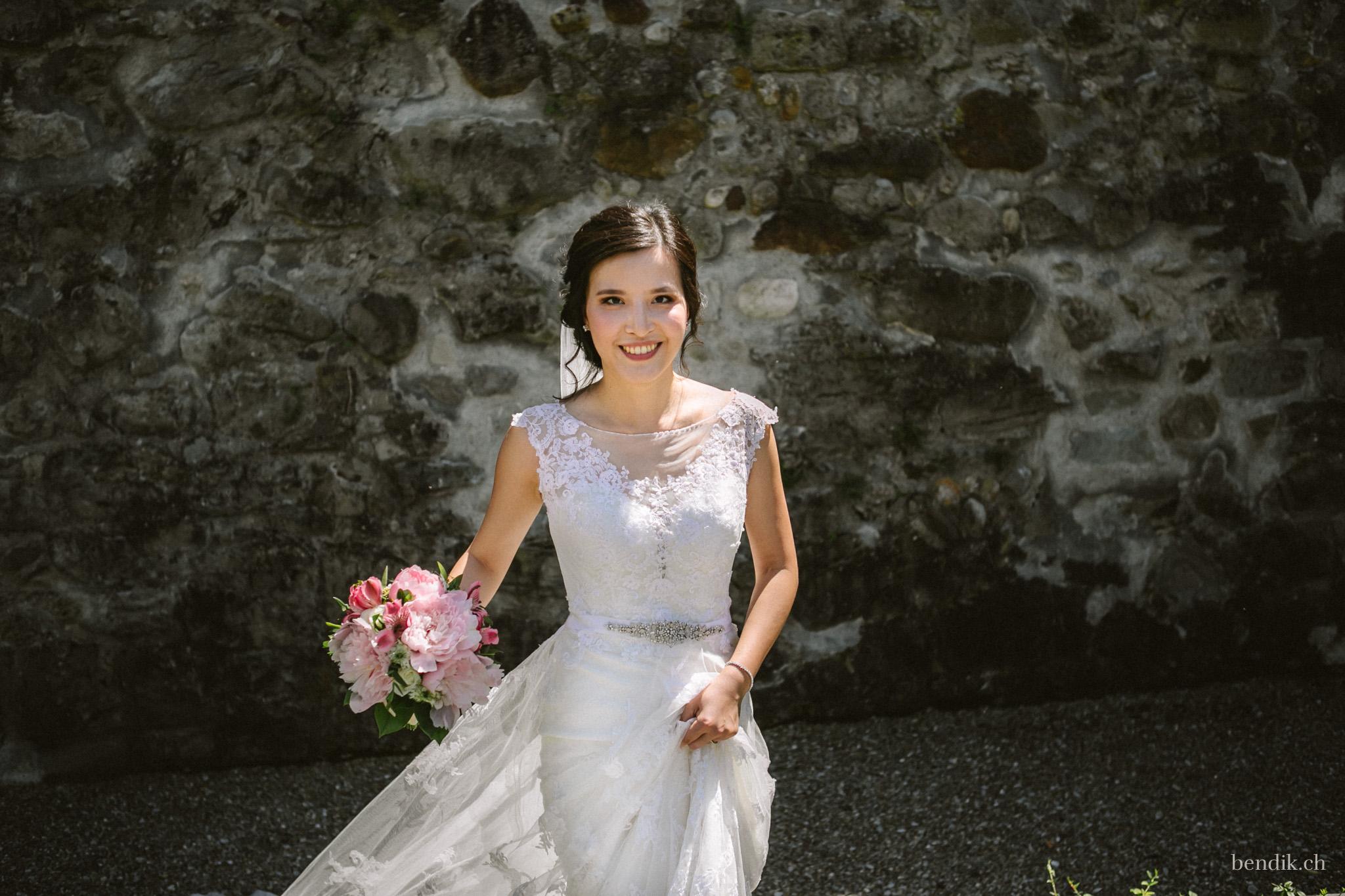 Braut mit Brautstrauss und weissem Hochzeitskleid
