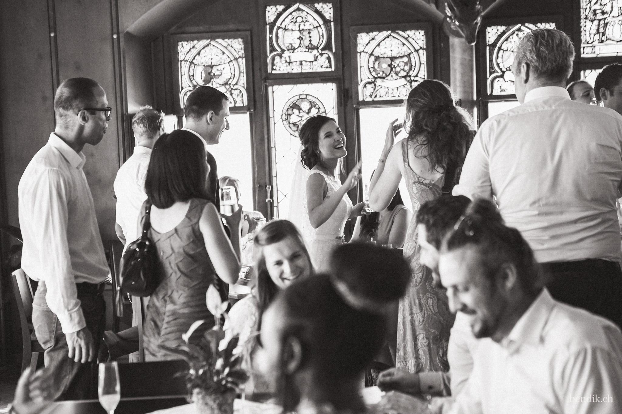 Schwarz-weiss Aufnahme der fröhlichen Hochzeitsgesellschaft