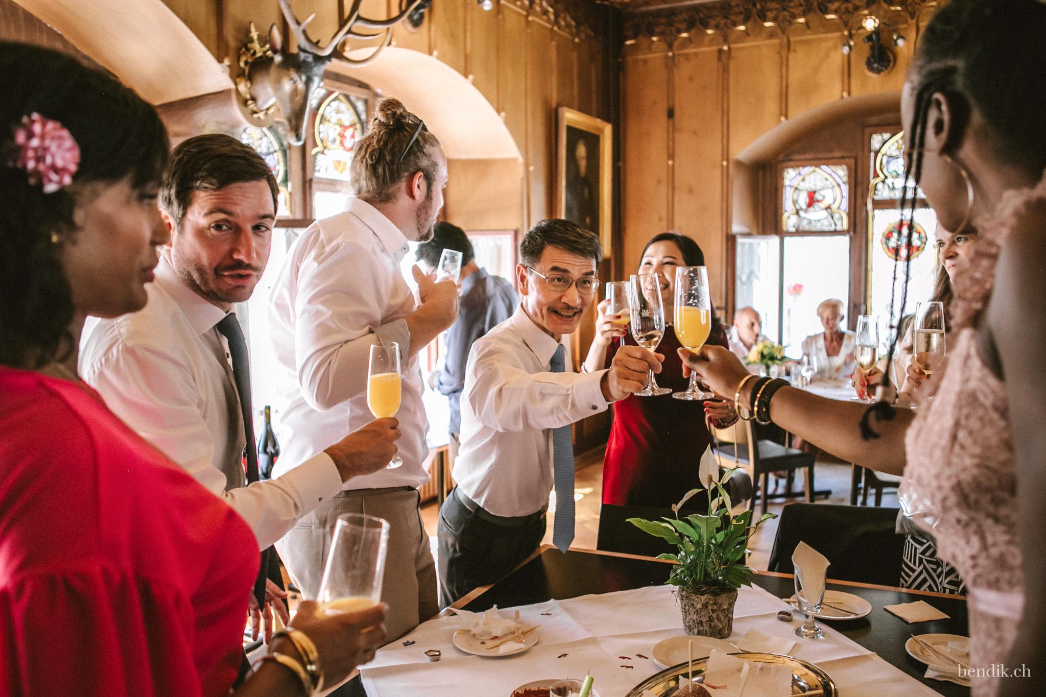 Hochzeitsgesellschaft stösst mit Sekt und Champagner an
