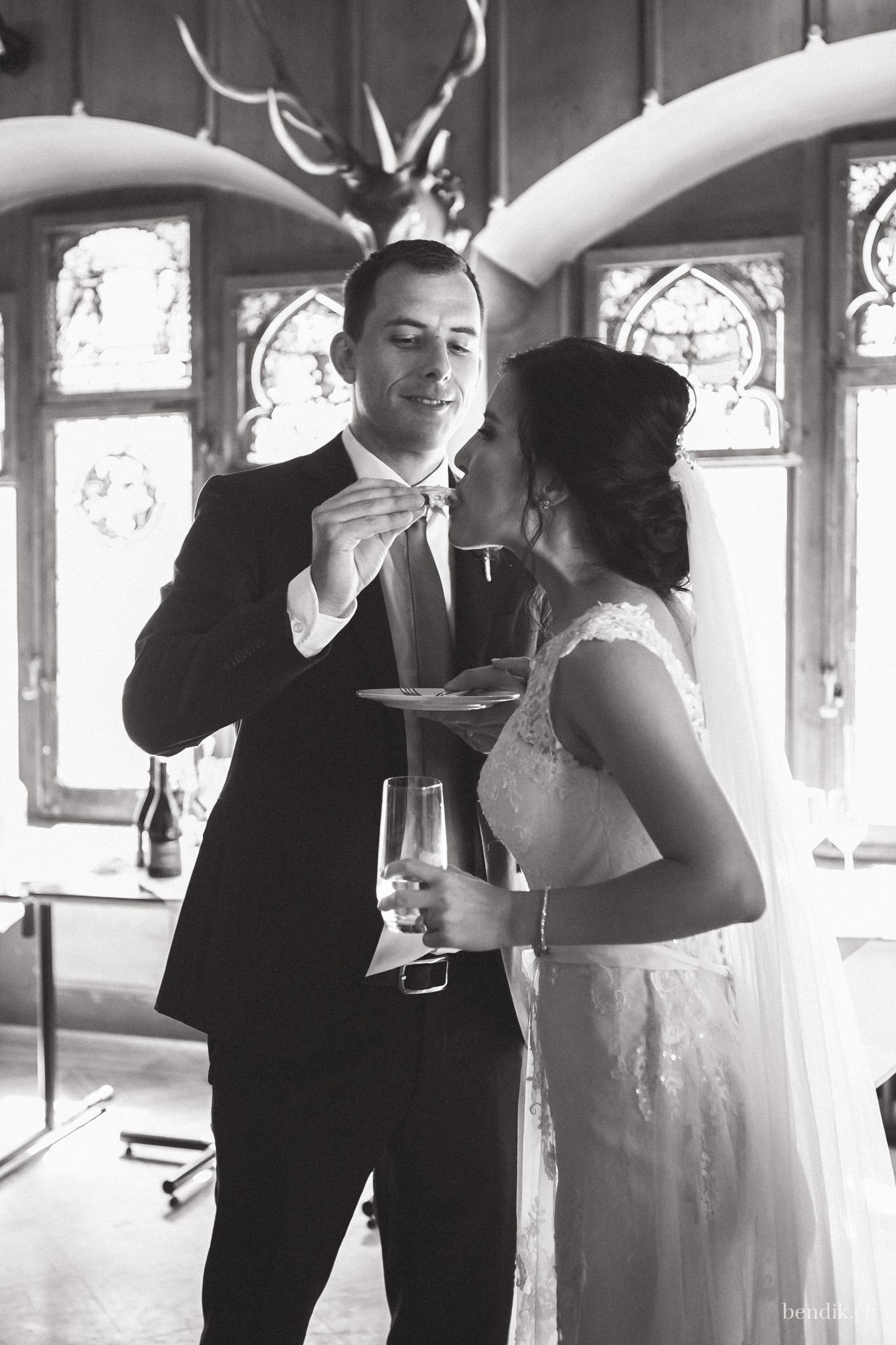 Bräutigam lässt Braut ein Stück Torte probieren